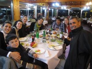 Cenando en Buenos Aires la noche de nuestro regreso. De derecha a izquierda. Ivo, Manuela, Camila, Cristian, Camila, Rufino, Sofía y yo. Faltan Bruno (se había quedado en casa) y Zulma que sacó la foto como corresponde, ya que para eso le pagué, ja, ja.