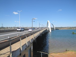 Puente JK que une Brasilia con las poblaciones del otro lado del lago artificial