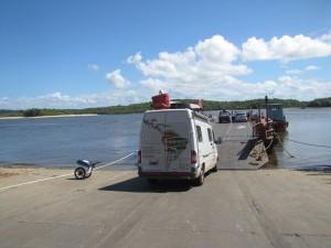 Cruzando de Porto Seguro a Arrial en balsa