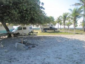 Este era nuestro campamento frente al mar, con muestra Combi y la Camper de nuestros amigos