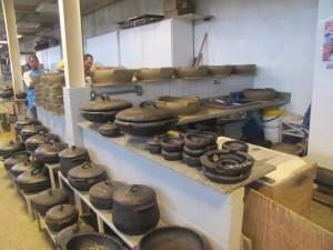 """Taller donde fabrican laas """"panelas"""" de barro, famosas las de Vitoria en todo Brasil"""