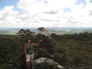 Zulma junto al Pico do Gaviao (Pico de Gavilán) en la cima de un cerro cerca de Sao Thomé das Letras